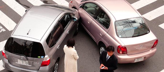 Los conductores intercambian información después de un accidente.