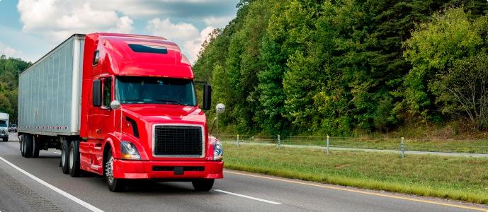 Un camión conduce por todo el país.