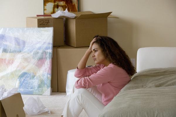 Mujer sentada en una sala de estar de un nuevo hogar