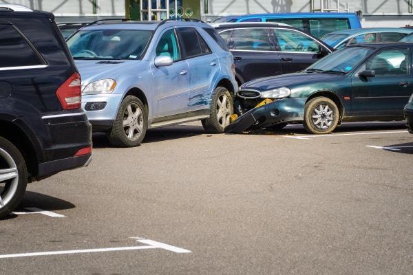 Una colisión trasera en un estacionamiento.