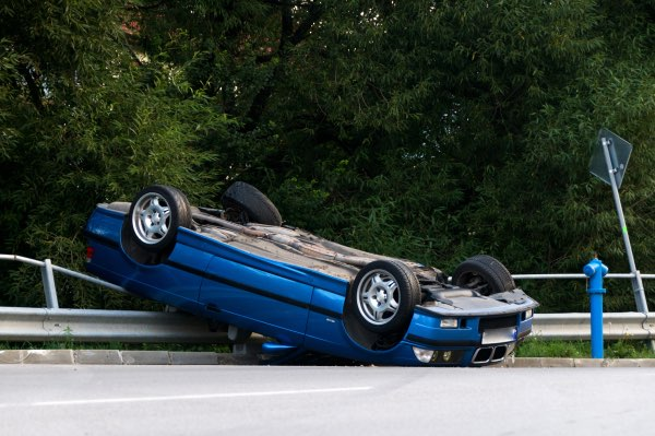 Un automóvil se volcó en una barandilla.
