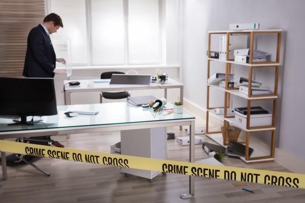 Un hombre busca evidencia de robo en un edificio de oficinas.