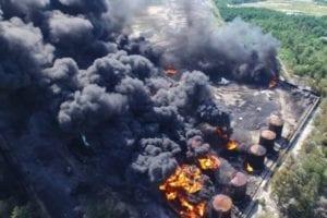 Una planta química está en llamas.