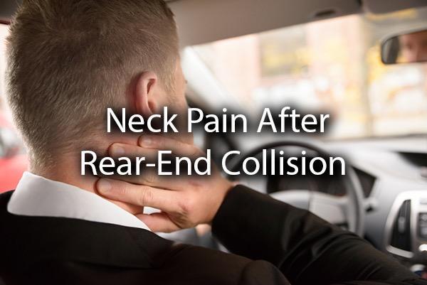 Un hombre sosteniendo su cuello después de una colisión trasera, con las palabras dolor de cuello después de una colisión trasera.